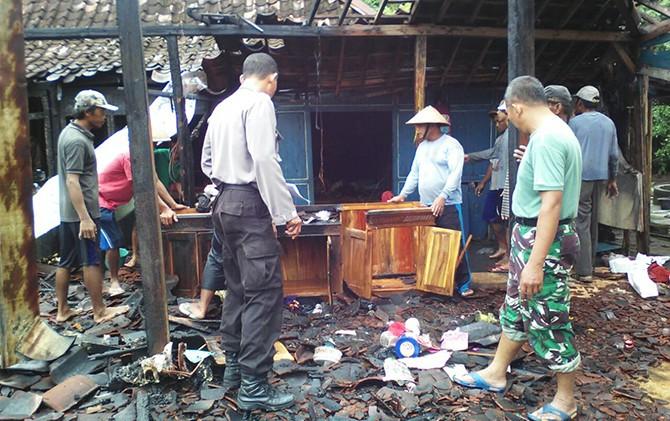 LUDES: Warga berusaha memadamkan api yang membakar rumah Darmin di Dusun Putat, Desa Trukun, Pracimantoro.
