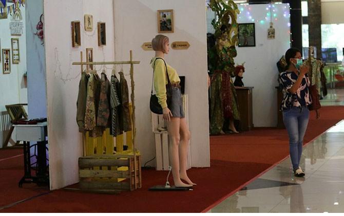 Visual Branding Exhibition Mahasiswa DKV FSRD ISI Surakarta di Solo Paragon Lifestyle Mall, Selasa (13/3).