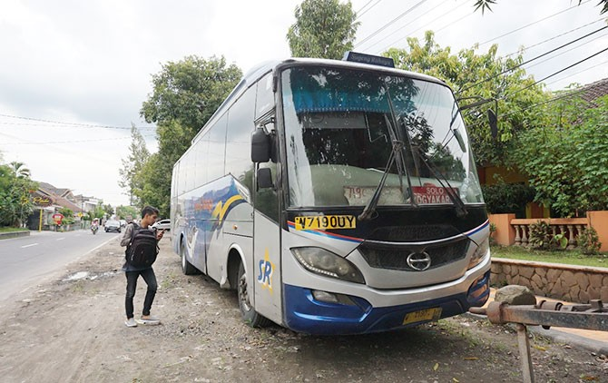 Bus Sugeng Rahayu penabrak pelajar hingga tewas diamankan di Unit Lakalantas Satlantas Polres Klaten, Selasa (13/3).