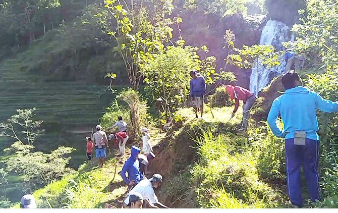 Warga bergotong royong membuka akses jalan ke Air Terjun Samber Lowo Wonogiri.