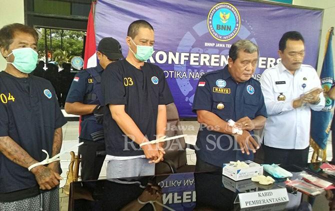 Agung Rukiyanto alias AGR (tengah) saat rilis kasus narkoba oleh BNNP Semarang, Senin (9/4).