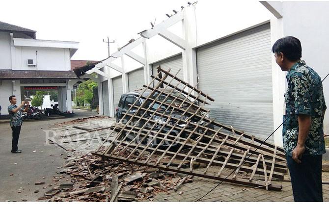 Kondisi mobil yang tertimpa atap garasi kantor Dewan Sukoharjo, Kamis (19/4).