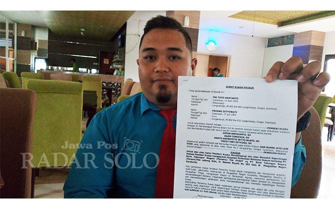 Pengacara menunjukkan surat kuasa dari kliennya untuk menangani gugatan perdata ke BTN Solo.