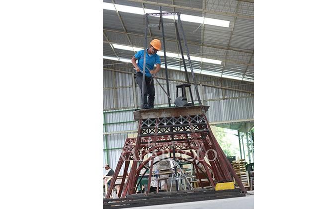Seorang pekerja menyelesaikanb miniatur Menara Eiffel di Desa Ngadirejo, Kecamatan Ampel, Boyolali, Kamis (19/7).