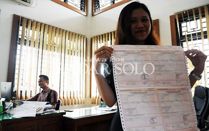 BEBAN BERAT: Pegawai Kantor Badan Keuangan Daerah (BKD) Boyolali menunjukkan blangko pelunasan pembayaran PBB-P2, Jumat (24/8).