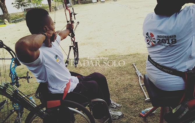 BERI MOTIVASI: Rombongan Kementerian Sosial bersama seluruah atlet panahan Indonesia untuk ajang Asian Para Games di sesi latihan.