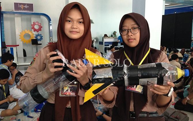 RUMIT: Peserta menyiapkan roket air untuk kompetisi yang digelar kemarin (14/9).