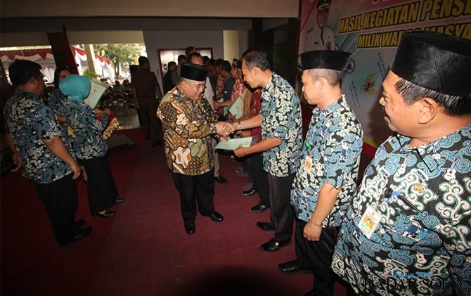 SERAHKAN SURAT: Bupati Sukoharjo Wardoyo Wijaya dalam kegiatan penyerahan prona beberapa waktu lalu.
