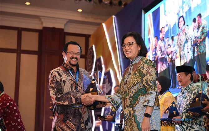 PRESTASI: Wakil Wali Kota Achmad Purnowo menerima tropi WTP dari Menkeu Sri Mulyani di Jakarta.