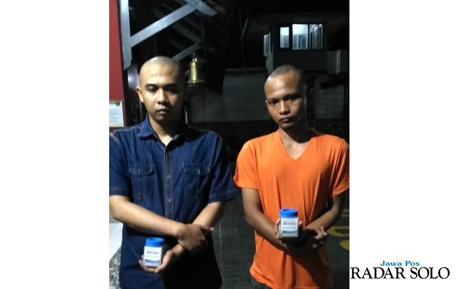 DIDALAMI: Dua napi dari Lapas Kedungpane Semarang dibawa ke Rutan Boyolali.