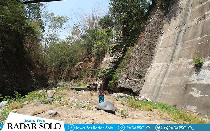 Salah satu warga melihat tempat yang diduga sebagai lokasi pingsan peserta Pra Diksar Menwa 0923 Gondowingit, Kukuh Muhammad Isa di Desa Jurang, Gebog, Kudus, Minggu (7/10).