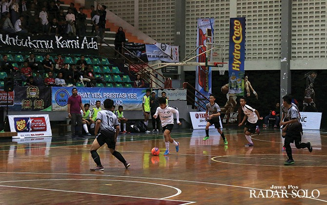 KETAT: Salah satu momen pertandingan Hydro Coco National Futsal Tournament di Sritex Arena Solo (8/10).