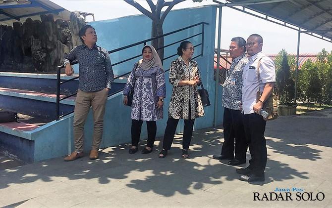 INSPEKSI MENDADAK: Komisi B DPRD Karanganyar saat berada di PD Aneka Usaha.