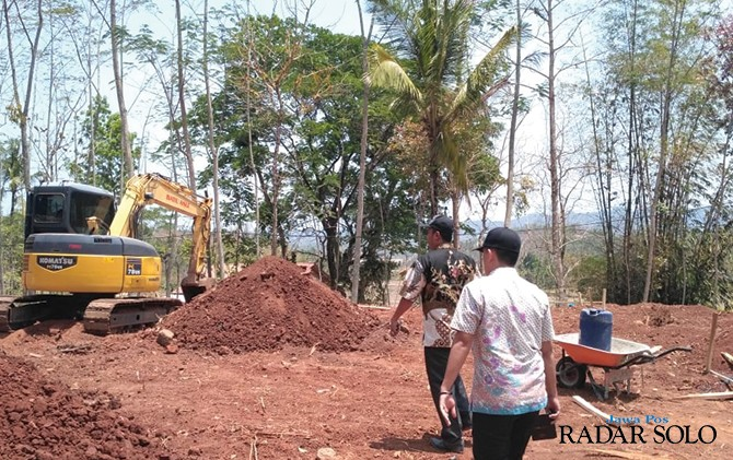 TEPAT WAKTU DAN MUTU: Personel TP4D mengecek proses pembangunan gedung SDN Sendangsari, Batuwarno.