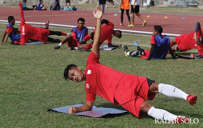 HANYA JADI PENONTON: Tegar Hening Pangestu saat menjalani latihan ringan di Stadion Sriwedari.