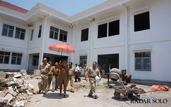 SIDAK: Bupati Klaten, Sri Mulyani meninjau pembangunan gedung KPU beserta jajarannya, Rabu (10/10). Selain gedung KPU, juga dikebut pembangunan gedung Dishub.