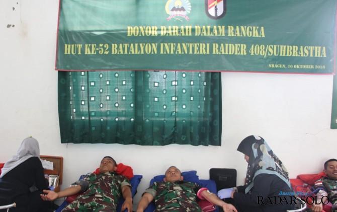 BAKSOS: Para prajurit dari Yonif Raider 408/Suhbrastha mendonor darahnya.