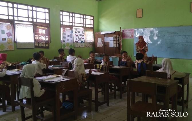 MENGAJAR LAGI: Guru tidak tetap di SD Negeri 1 Sumberejo, Kecamatan Wuryantoro sudah kembali mengajar.