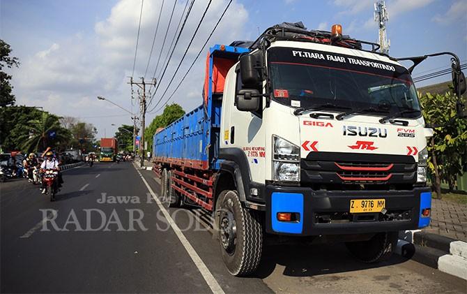 Truk tronton yang menabrak pengendara Honda Vario diamankan di Satlantas Polresta Surakarta, Kamis (26/10).