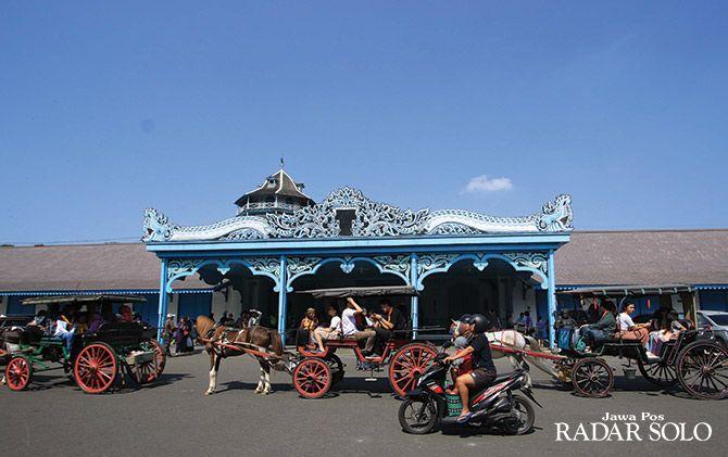POTENSI BESAR: Wisatawan menaiki andong di depan Keraton Kasunanan Surakarta Hadiningrat, Minggu (11/11). Wisata keraton cukup menjanjikan dijual di Micemart 2018.