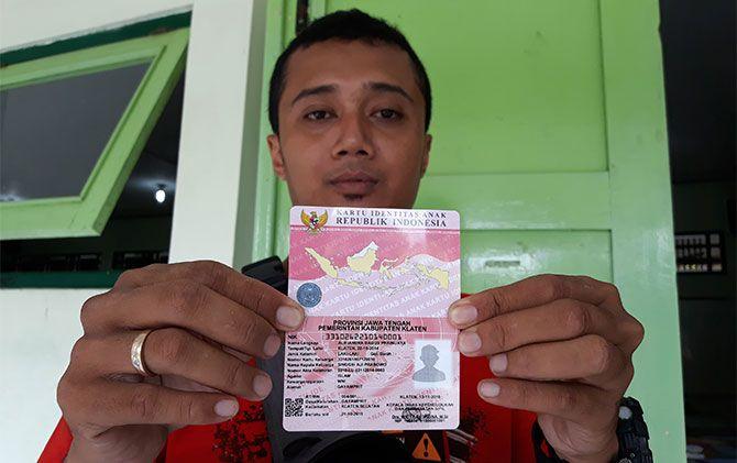 Warga menunjukan KIA untuk kedua anaknya di Kantor Disdukcapil Klaten, Sabtu (17/11).