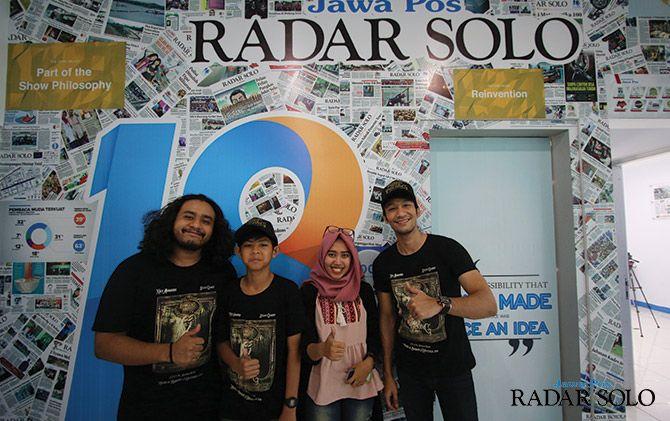 PROMO: Wartawan Jawa Pos Septina Fadya bersama sutradara film Dongeng Mistis Ahmad Romni (pojok kiri), bersama Stevi Gilbert, dan Kiki Armando (pojok kanan).