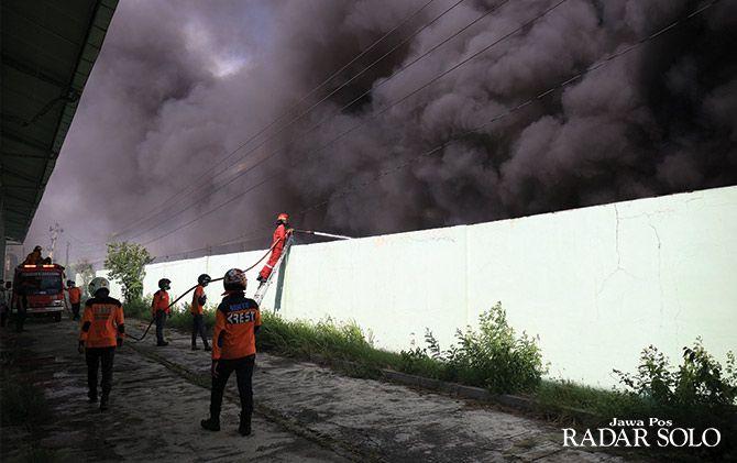 DIPICU KORSLETING: Asap membumbung tinggi dari dalam pabrik plastik di Tambak, Grogol, Sukoharjo kemarin siang.  (23/11)