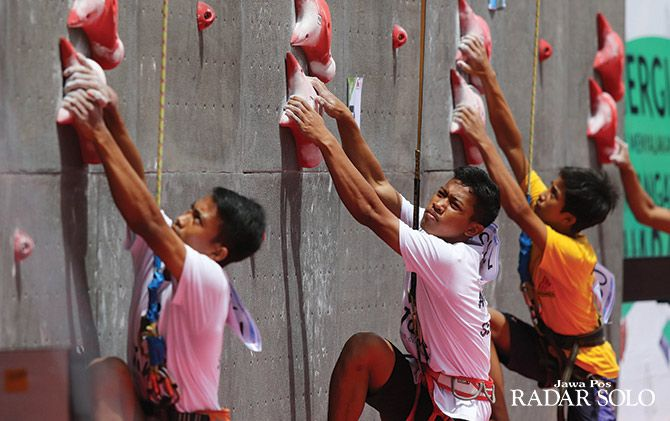 ADU CEPAT: Atlet panjat tebing dari berbagai Indonesia beradu nyali di Kejurnas Panjat Tebing 2018 yang digelar Solo Sport Climbing, Manahan.