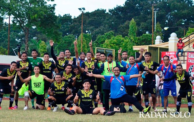 PELATIH IDAMAN: Kas Hartadi (pakai topi) saat berfoto bersama para pemain Kalteng Putra usai sesi latihan.