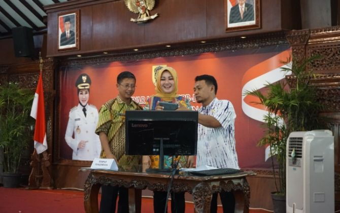 Bupati Klaten, Sri Mulyani didampingi Kepala BPKD, Muh. Himawan melakukan pengundian hadiah utama secara komputerisasi di Pendapa Pemkab, Selasa (11/12).