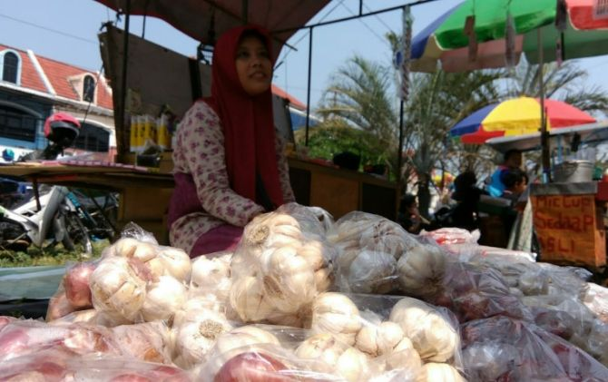 Salah seorang pedagang bawang di Sunday Market Solo Baru.