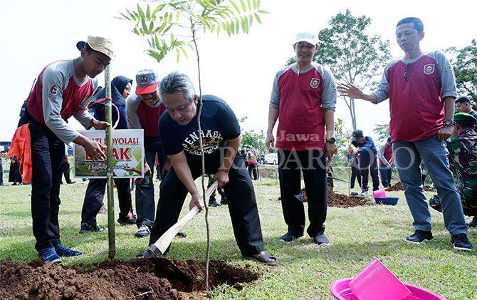 Bupati Seno Samodro menanam bibit pohon langka di Kebun Raya Indrokilo, Kamis (13/12).