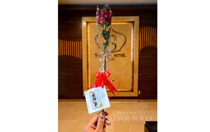 Setangkai mawar untuk ibu persembahan Syariah Hotel Solo.