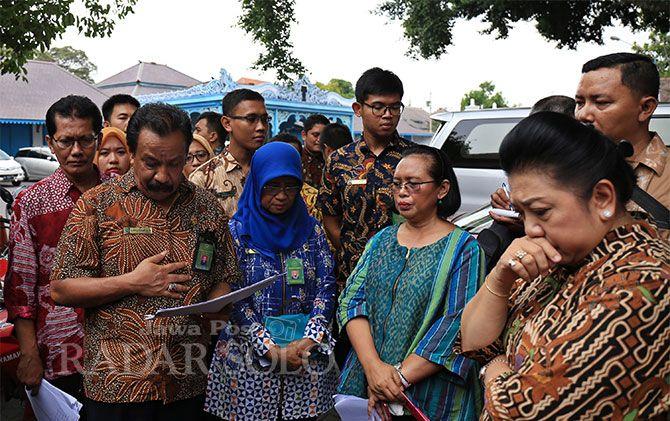 Majelis hakim PN Surakarta didampingi pengacara pihak tergugat dan penggugat memeriksa lingkungan Keraton Surakarta, Kamis (13/12).