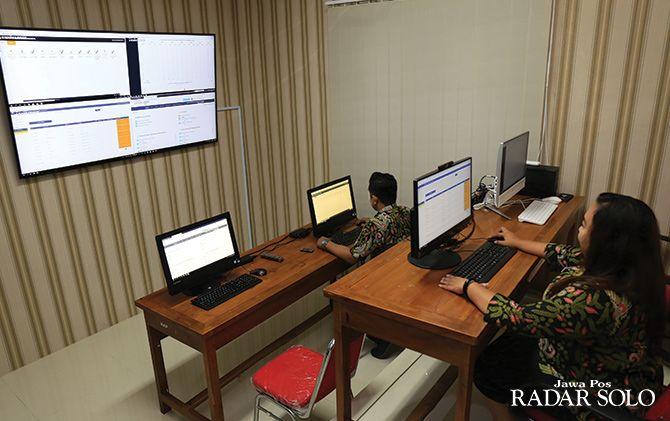 LEBIH AKURAT: Laboratorium data di kantor Dinas Sosial Kota Surakarta untuk update data warga miskin.