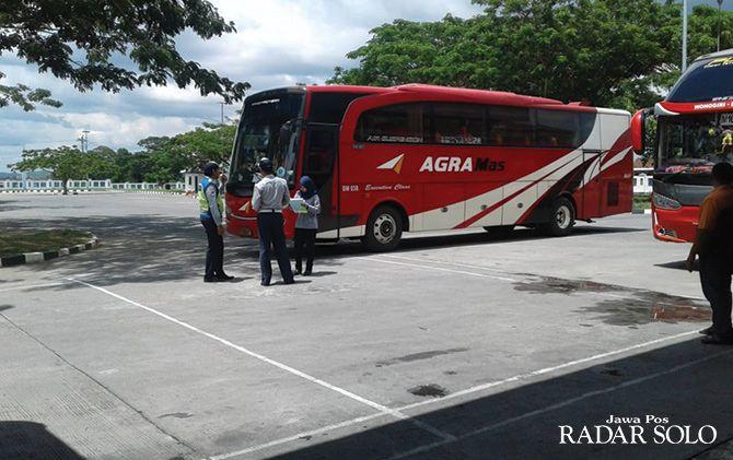PENGAWASAN: Petugas Terminal Giri Adipura Wonogiri mengecek kondisi armada.