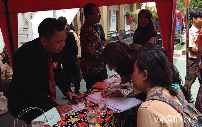 BURU INFORMASI PEKERJAAN: Job fair and edu expo yang digelar di SMKN 6 Surakarta.
