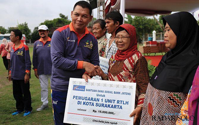 BERTAHAP: Ketua DPRD Surakarta Teguh Prakosa serahkan bantuan RTLH.