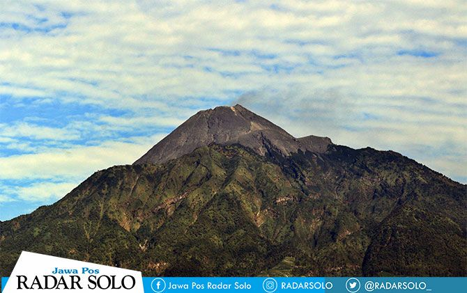 Puncak Gunung Merapi terlihat dari Desa Balerante, Kecamatan Kemalang, Klaten.