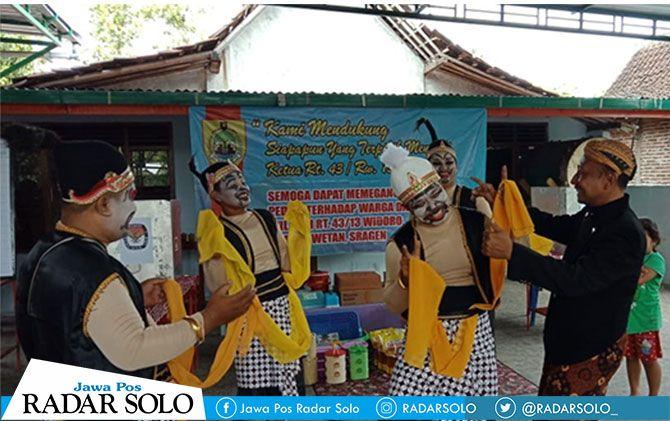 Tokoh Punokawan meramaikan pemilihan Ketua RT 43 RW 13 Kelurahan Sragen Wetan, Kecamatan Sragen Kota, Minggu (16/12).