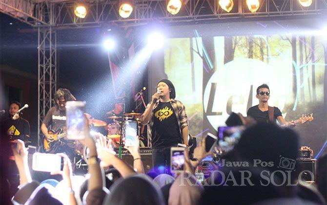 Grup band asal Jogjakarta, Letto tampil menghibur fans setianya dalam Fiesta Festival 2018 di Rooftop Solo Grand Mall, Minggu (16/12) malam.