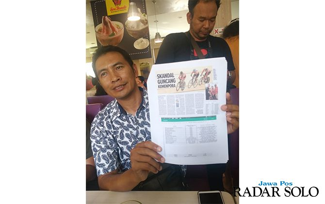 KAGET: Koordinator Para Cycling Indonesia, Fadillah Umar menunjukkan berita terkait isu pelatih fiktif.