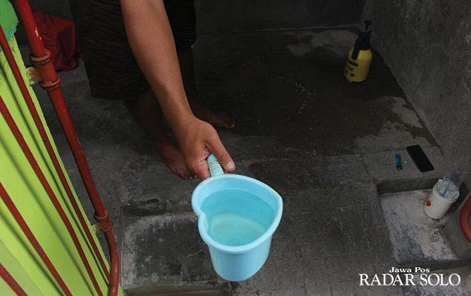 Seorang warga menunjukan kualitas air PDAM