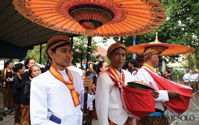 TAHUNAN: Prosesi upacara adat Mahesa Lawung di Keraton Kasunanan Surakarta kemarin (7/1).