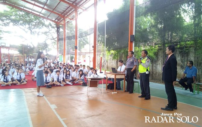 FOKUS: Siswa SMP dan SMA Kristen Pelita Nusantara Kasih berdialog dengan petugas Polsek Jebres kemarin (8/1).