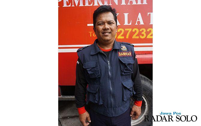 TAK KAPOK: Irwan Santoso tetap siaga memberantas sarang tawon dari laporan warga.
