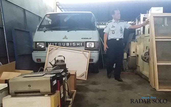 SITAAN NEGARA: Kepala Rupbasan Surakarta Sudjarsono menunjukkan barang yang dititipkan kemarin.