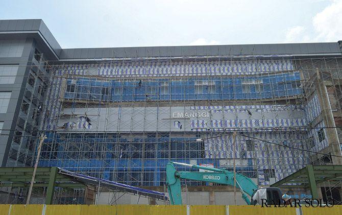 LANCAR: Progres pembangunan gedung RSUD Semanggi yang ditarget rampung Mei. Sarana prasarana lainnya segera dilengkapi.