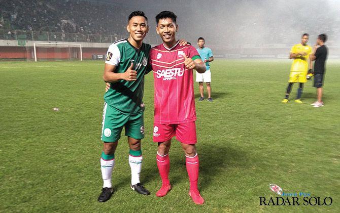 MELIPIR: Kapten Persis Solo Sony Setiawan (jersey merah) bersama bek PSS Sleman Gufron usai laga persahabatan di Stadion Maguwoharjo Sleman (19/1).