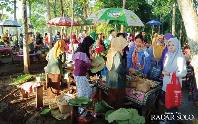 PATUT DICONTOH: Pedagang menjajakan dagangannya di Pasar Doplang Wonogiri.